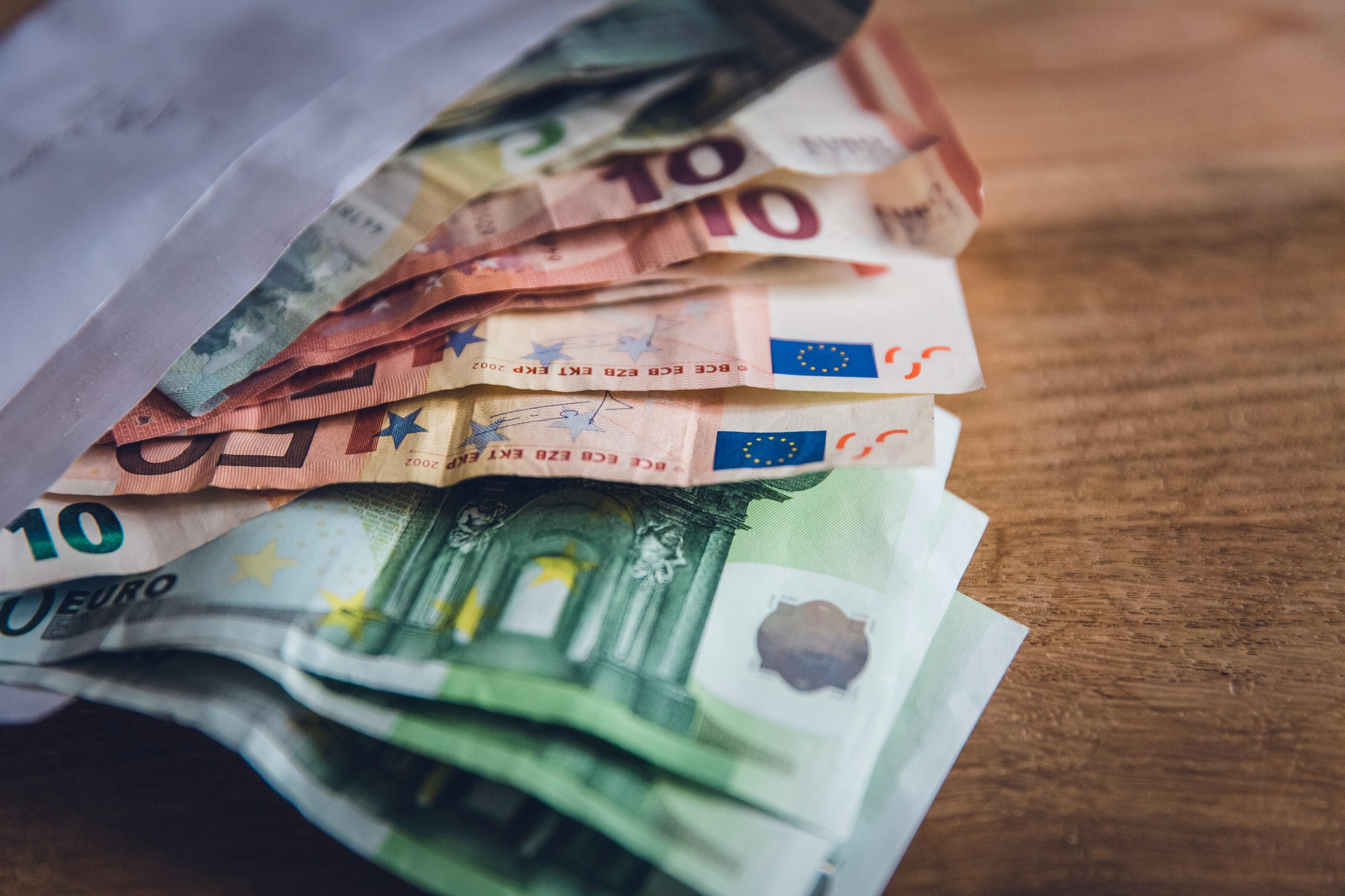 金融报告:全球债务将达277万亿美元创纪录,今年经济预计萎缩4.4%